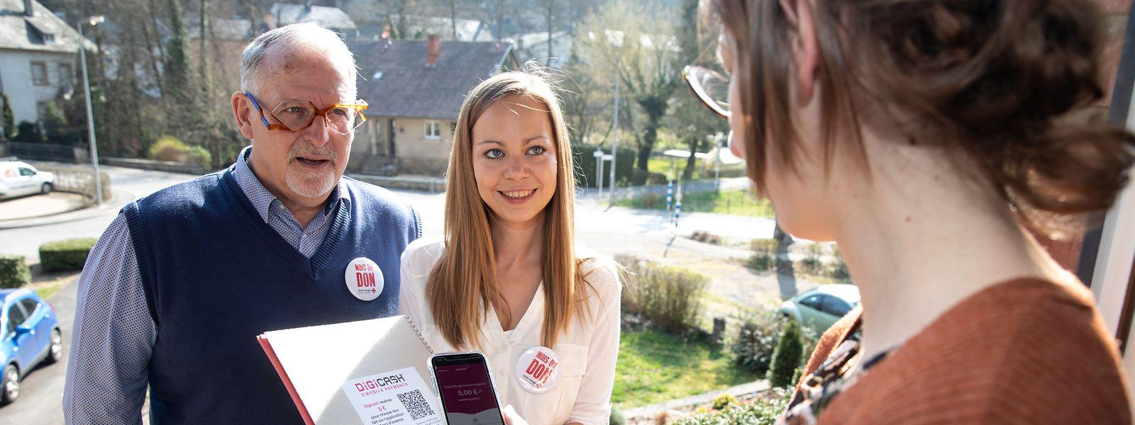 Nico Dhamen (l.) und Anne Gruber sind ehrenamtliche Spendensammler des Luxemburger Roten Kreuzes.