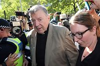 (FILES) This file photo taken on February 27, 2019 shows Australian Cardinal George Pell (C) making his way to the court in Melbourne. - Cardinal George Pell will walk free from jail after winning a long-running battle to overturn his child sex abuse convictions in Australia's High Court on April 7, 2020. (Photo by Con CHRONIS / AFP)