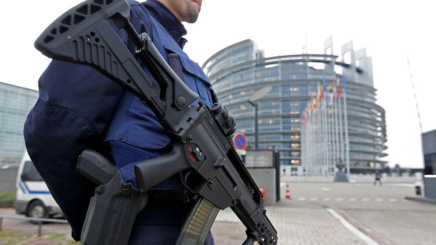 Frankreich ist derzeit in erhöhter Alarmbereitschaft: Polizist vor dem EU-Parlamenstgebäude in Straßburg.
