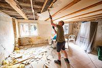 12.08.2021, Nordrhein-Westfalen, Altena: Toni Lehmann, Schwiegersohn eines betroffenen Ehepaares, hilft bei der Sanierung eines von der Flut beinahe völlig zerstörten Hauses in Altena. Die sauerländische Stadt gehörte zu den Orten, die bei dem Hochwasser vor rund einem Monat besonders stark betroffen waren. Inzwischen erholen sich die Menschen der Stadt langsam von den Folgen. Foto: Markus Klümper/dpa +++ dpa-Bildfunk +++