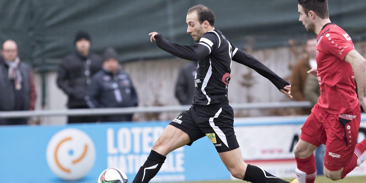 Omar Er Rafik prend de vitesse Denis Agovic pour aller inscrire le deuxième but differdangeois