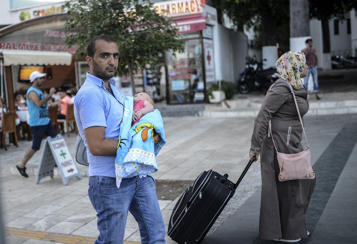 Trotz Rollkoffer keine Touristen: Ein syrisches Paar mit ihrem Kleinkind in Bodrum.