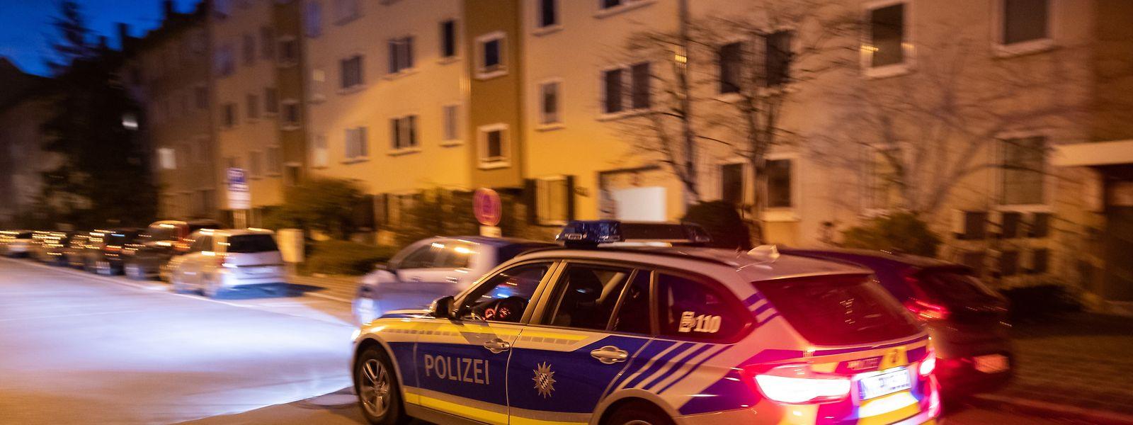 Ein Polizeiauto fährt in den frühen Morgenstunden durch den Nürnberger Stadtteil St. Johannis.