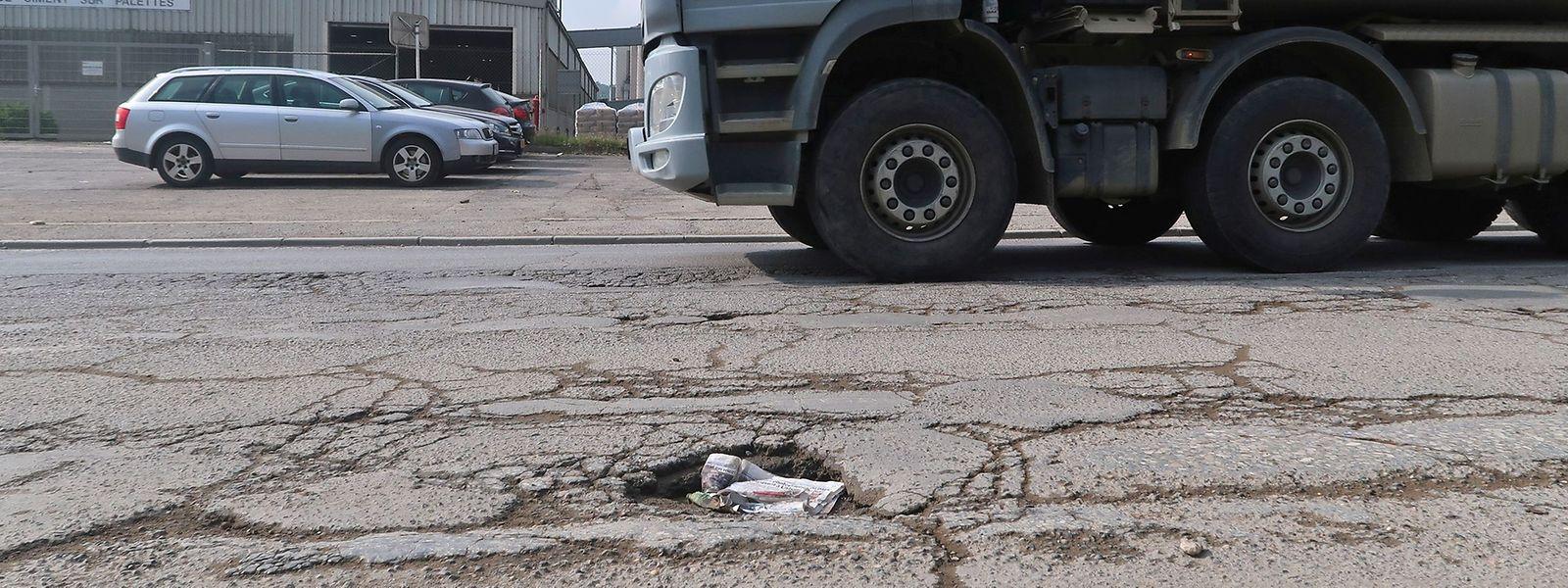Die Straßen in der Industriezone Um Monkeler sind zum Teil in sehr schlechtem Zustand. Der andauernde Lastwagenverkehr trägt nicht dazu bei, dies zu verbessern.