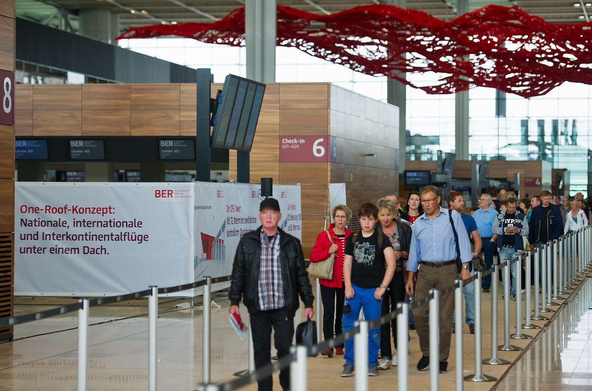 Besucher des Familienfestes auf dem neuen Flughafen Berlin Brandenburg Willy Brandt (BER) in Schönefeld gehen am durch das Terminal.