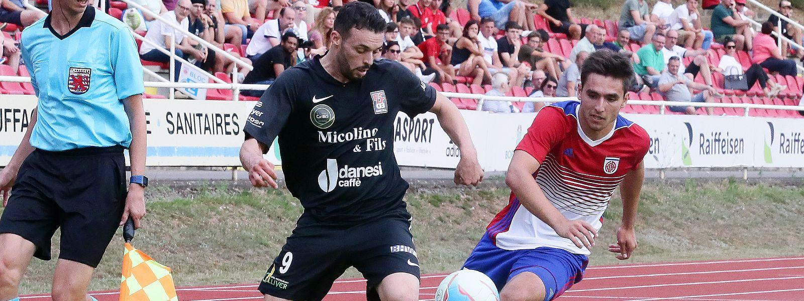 Maxime Deruffe à la lutte avec Cédric Sacras. Differdange a profité du dernier quart d'heure pour s'imposer sur le terrain du Fola 2-1.