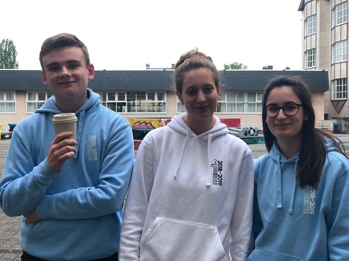 David Mentz (19), Nora Huss (19) und Deborah Minelli (19) waren zufrieden mit ihrer Leistung beim ersten Sprachexamen.