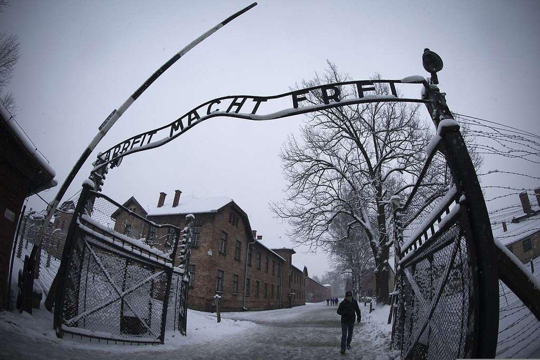 """""""Arbeit macht frei"""": Dieser Schriftzug prangt über dem Eingang des früheren Konzentrationslagers Auschwitz-Birkenau in Polen."""