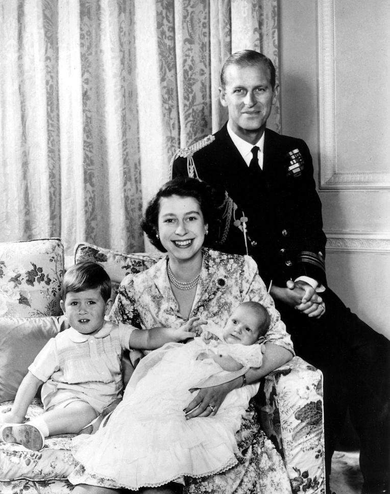 1951: Lächelnd sitzt Elizabeth mit ihrem Mann Philip, Herzog von Edinburgh, und den beiden Kindern Prinz Charles (2) und Prinzessin Anne (fünf Monate) in ihrem Wohnsitz Clarence House.