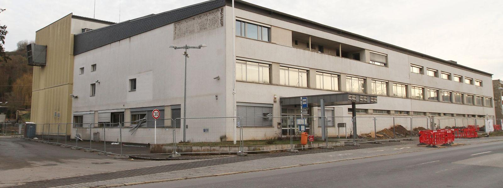 Knapp 60 Jahre prägte das gedrungene Gebäude der Zigarettenfabrik Lorillard Ettelbrück. Nun wird es abgerissen.
