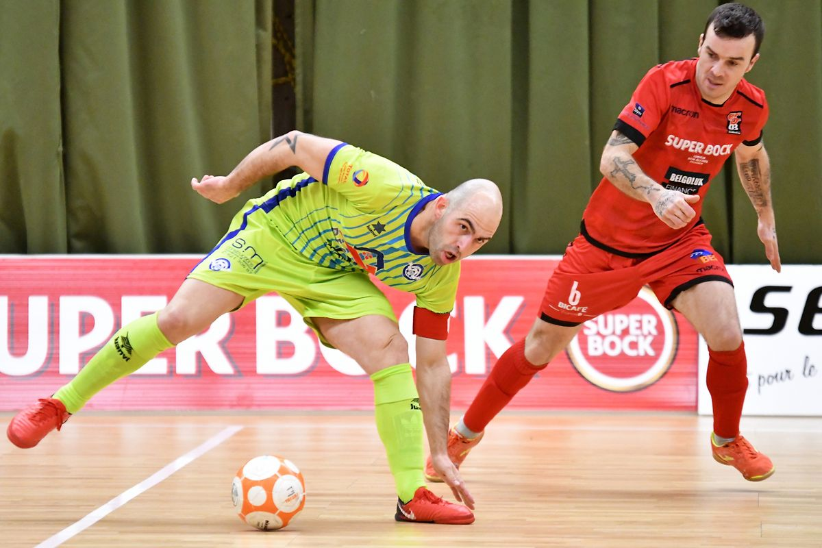 Abilio Costa (US Esch, en jaune) conserve vaille que vaille son équilibre, sous le regard de Chavel Pereira (FC Differdange 03, en rouge)