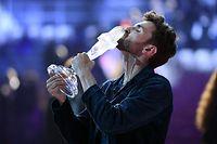 19.05.2019, Israel, Tel Aviv: Duncan Laurence aus den Niederlanden, Gewinner des Eurovision Song Contest (ESC) 2019, feiert nach seinem Sieg und küsst die Trophäe. Foto: Antti Aimo-Koivisto/Lehtikuva/dpa +++ dpa-Bildfunk +++
