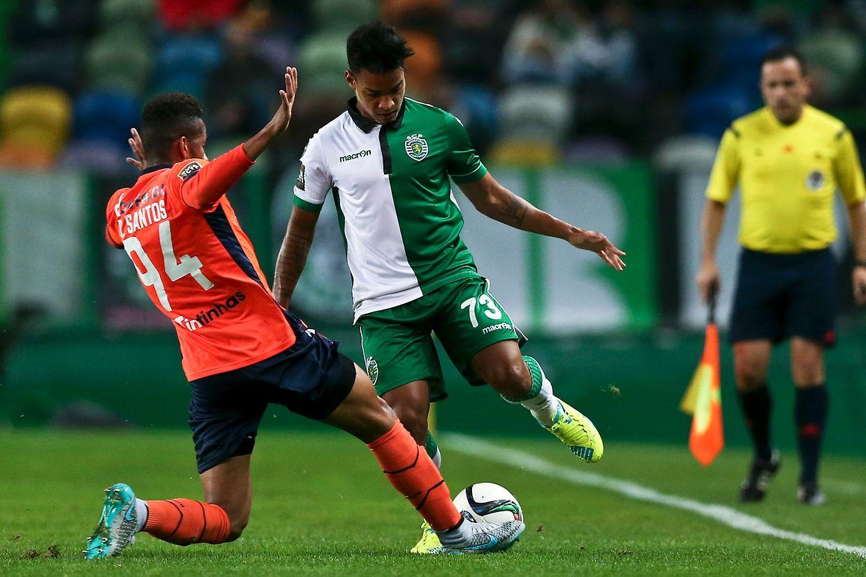 Matheus Pereira (D) do Sporting luta pelo controlo da bola com Bruno Santos do Paços de Ferreira, durante o jogo de futebol da Taça da Liga disputado no estádio de Alvalade