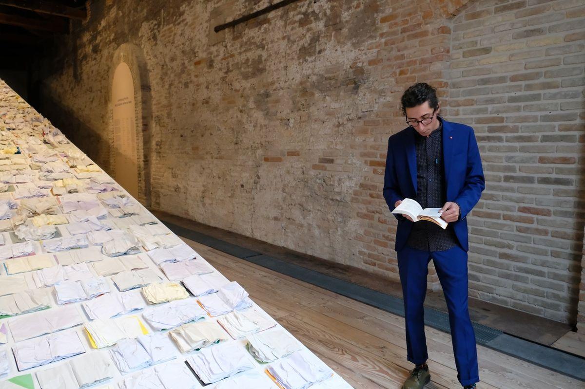 Fábio, le frère de Marco Godinho, lit des extraits de «L'Odyssée» d'Homère.