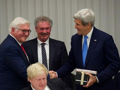 Picture time: Jean Asselborn (M) with his outgoing colleagues Frank-Walter Steinmeier (L) and John Kerry.