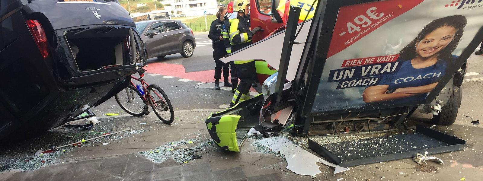 Nach dem Zusammenstoß mit dem Krankenwagen hat sich das Fahrzeug überschlagen. Die Polizei konnte noch keine Angaben über den genauen Unfallhergang machen.