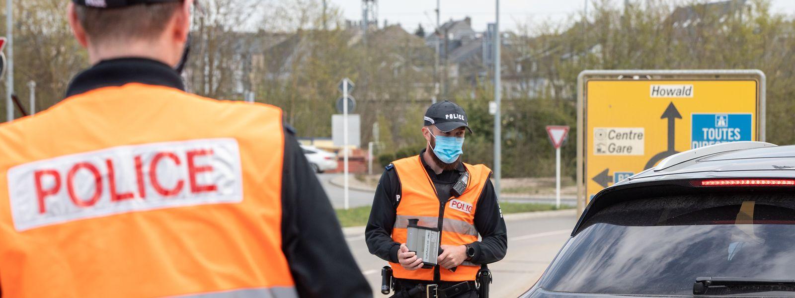 Polizisten während einer Radarkontrolle in der Nähe der Stadt Luxemburg.