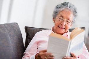 Alte Frau liest
