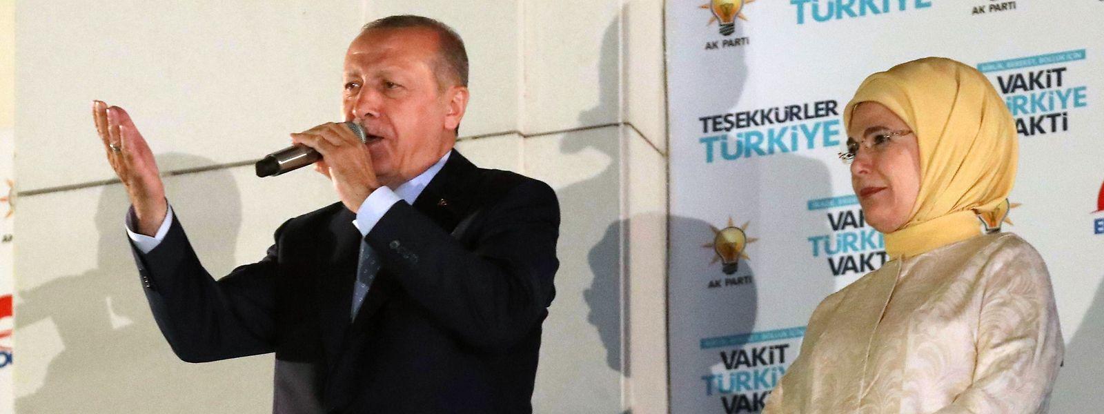 Erdogan richtete sich am Sonntagabend vor der AKP-Zentrale in Ankara an seine Anhänger. Neben ihm erkennt man seine Frau Emine.