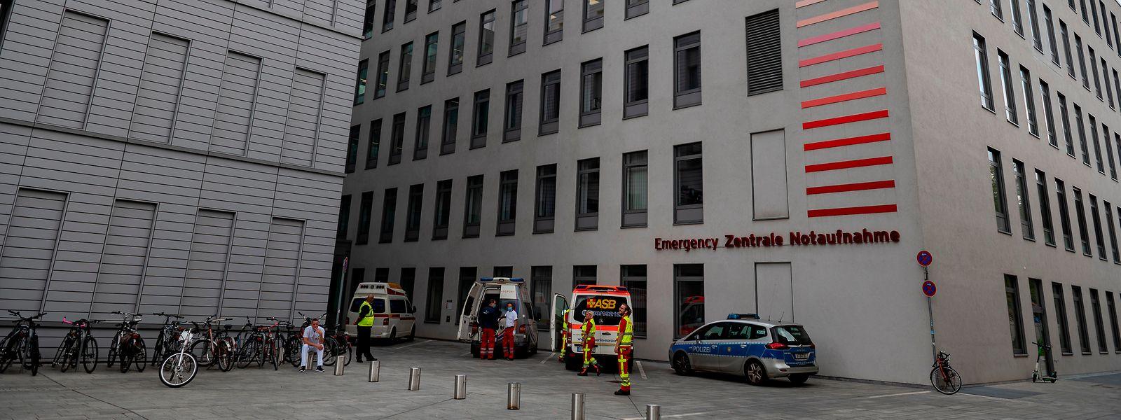 Ein Krankenwagen steht an der Zentralen Notaufnahme der Berliner Charite. In der Klinik wird der russische Oppositionelle Nawalny behandelt.