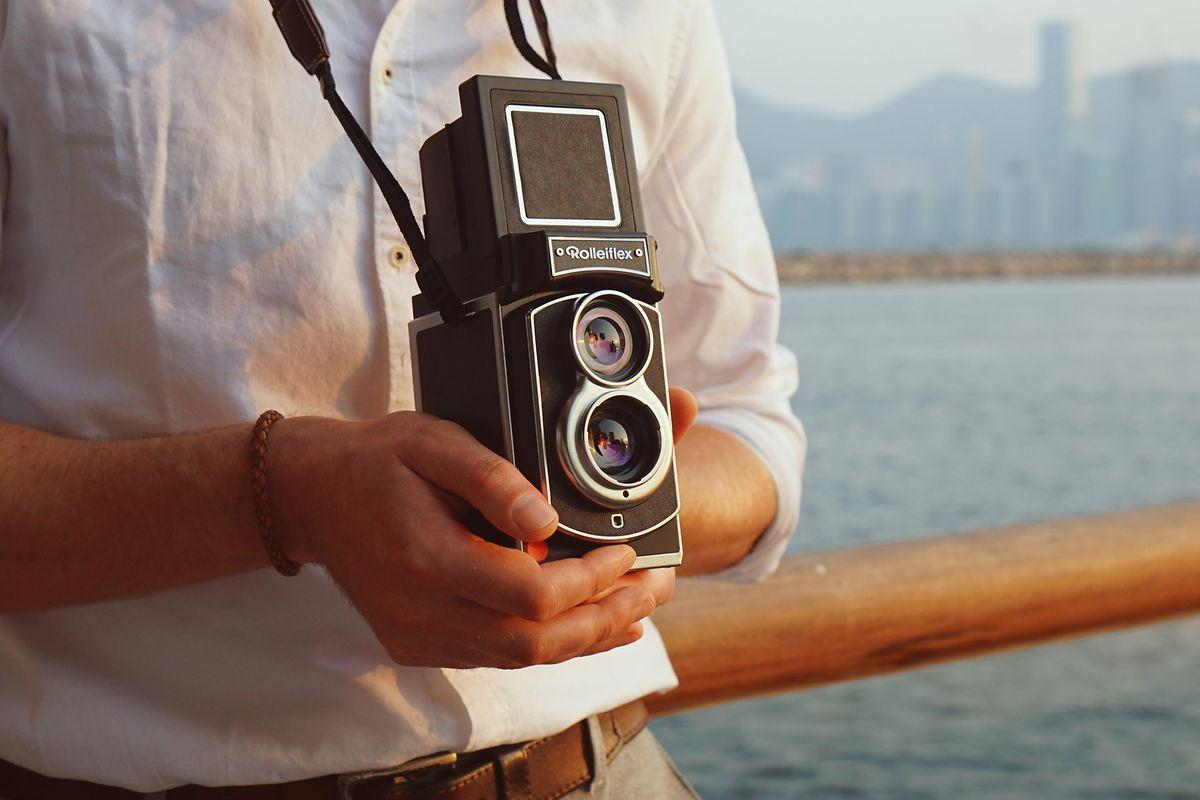 Die Rollei Rolleiflex (ca. 400 Euro) ist eine moderne Sofortbildkamera, vermittelt aber jede Menge Nostalgie.