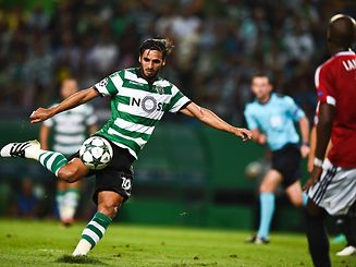 Sporting's Costa Rican forward Bryan Ruiz kicks the ball during the UEFA Champions League Group F football match Sporting CP vs Legia Warsaw at the Alvalade stadium in Lisbon on September 27, 2016. / AFP PHOTO / PATRICIA DE MELO MOREIRA