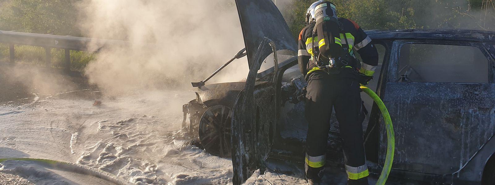Das Auto brannte auf der Pannenspur nahe der Aire de Capellen komplett aus.