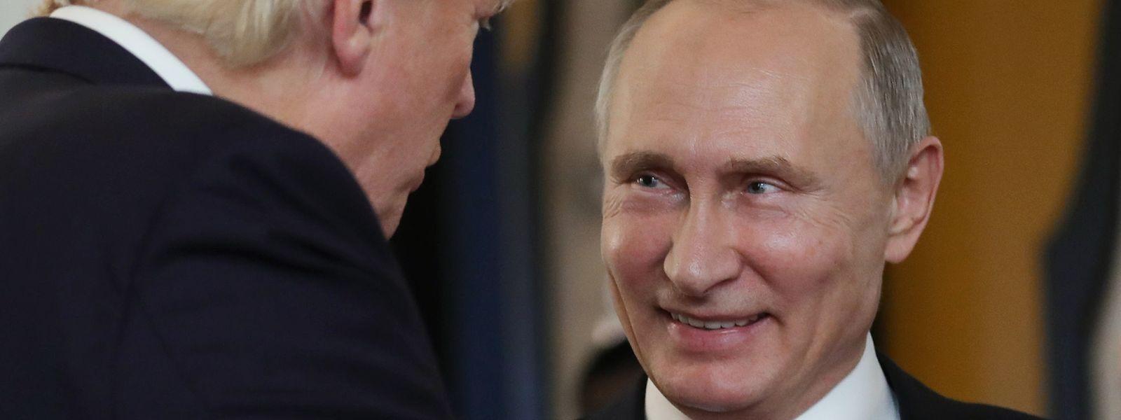 Die veröffentlichten Papiere dokumentieren Treffen und Telefongespräche Comeys mit Trump, vor der Entlassung des Ex-FBI-Mannes im Mai.