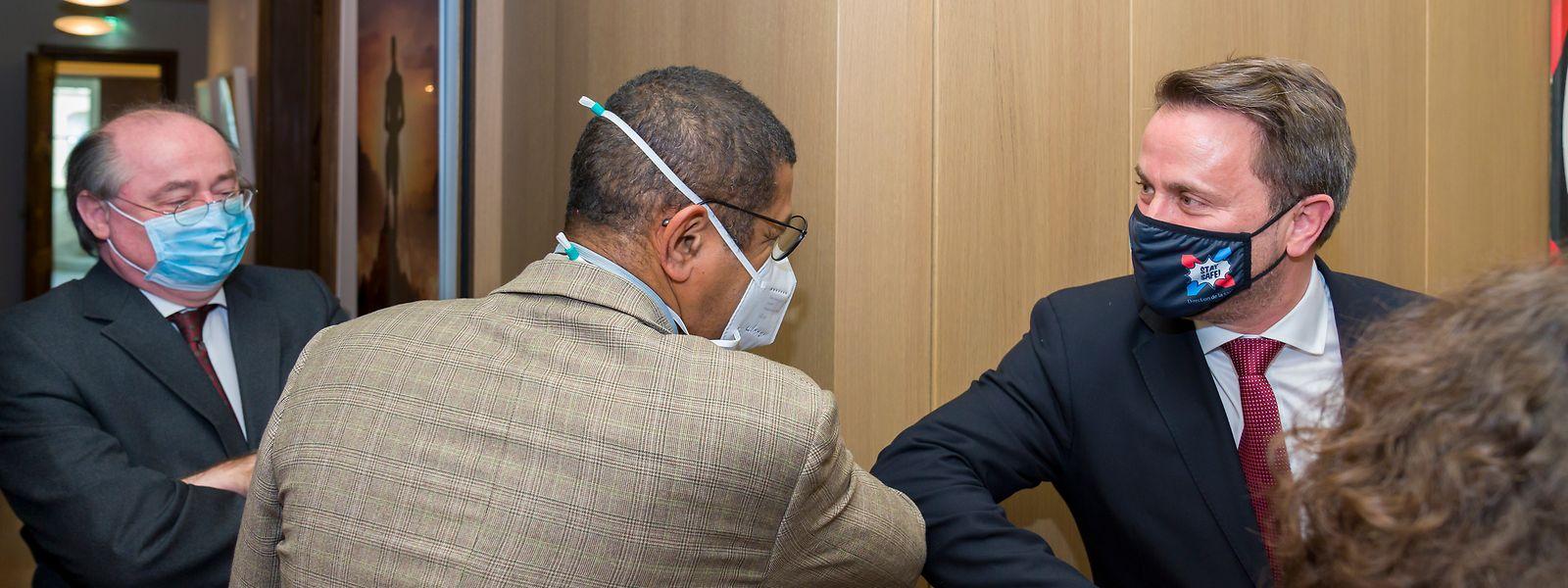 António Gamito, embaixador de Portugal no Luxemburgo, o médico Samuel Luyasu e o primeiro-ministro, Xavier Bettel.