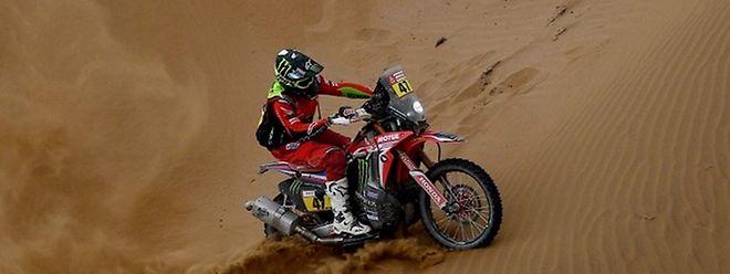 O americano Ricky Brabec com uma honda, lidera nas motas.