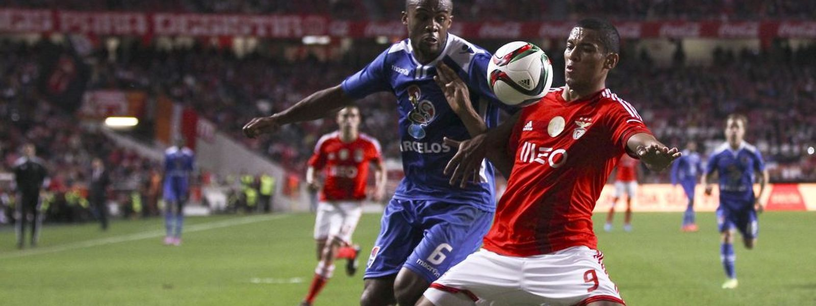 Derley (D) do Benfica e Evaldo, do Gil Vicente
