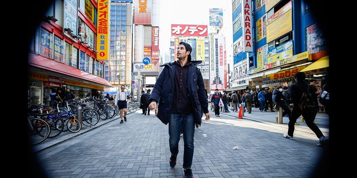 Geschlagene neun Stunden und 10 Minuten lang begleitet Bouissons Kamera seinen rückwärts durch die Straßen der japanischen Hauptstadt gehenden Kollegen Zuili.