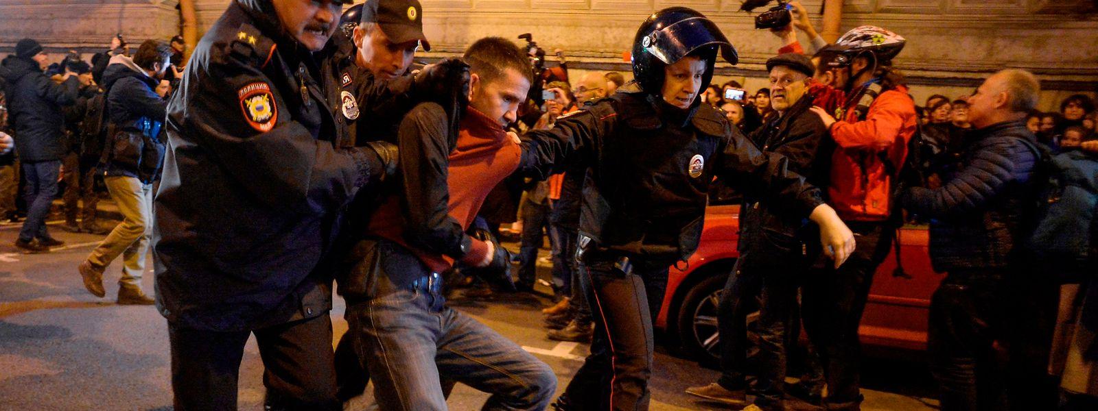 Die russische Polizei nimmt einen Anhänger des Oppositionsführers Alexei Navalny fest.