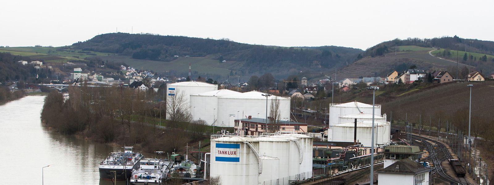 Zu den bereits bestehenden Tanks sollen zusätzliche 90.000 Kubikmeter Diesel, Benzin und Kerosin gelagert werden. Zudem rücken die neuen Tanks deutlich näher an das Wohngebiet heran.