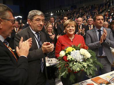Erst Kritik, dann Glückwünsche: Angela Merkel wurde als CDU-Vorsitzende wiedergewählt, musste aber Einbußgen hinnehmen.