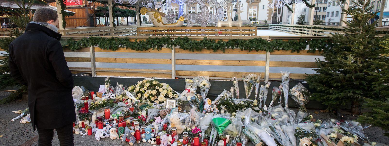 Plüschtiere, Kerzen und Blumen an der Unfallstelle bezeugen, wie sehr der Tod des zweijährigen Emran die Menschen in Luxemburg auch noch nach knapp zwei Wochen bewegt.