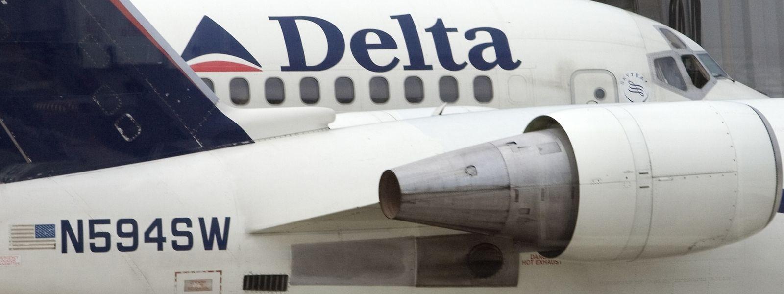 Passagiere und Besatzungsmitglieder hielten den Randalierer fest.