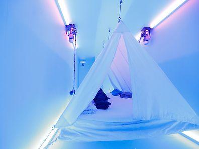 Une tente accrochée pour une immersion sonore et visuelle inattendue.