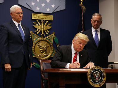 Donald Trump unterzeichnete im März ein abgewandeltes Dekret in Sachen Einreiseverbot. Genützt hat das bisher nicht. Jetzt soll der Supreme Court entscheiden.
