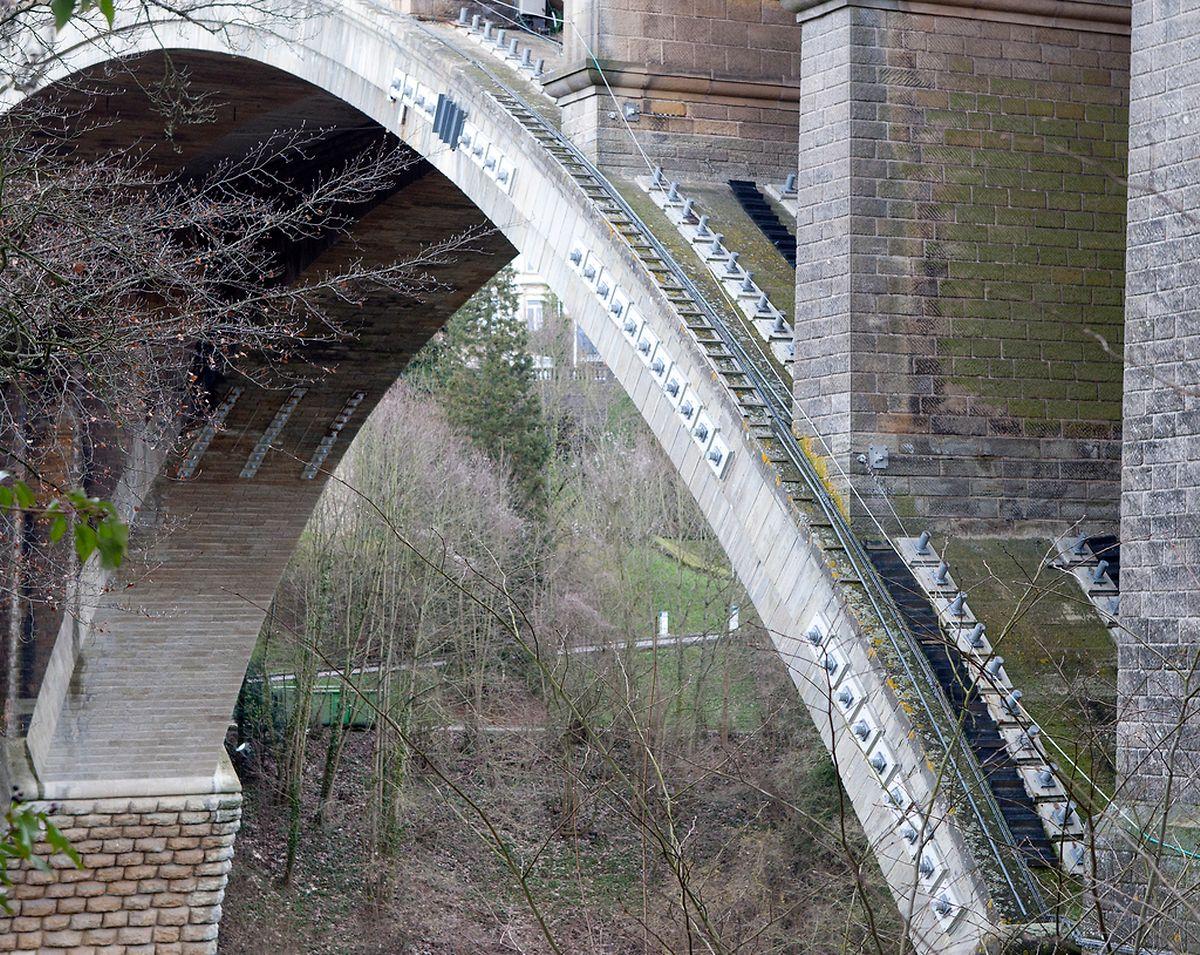 Im Jahr 2003 wurde die Brücke mit 258 Eisenstangen stabilisiert. 2010 wurden die Stangen ersetzt.