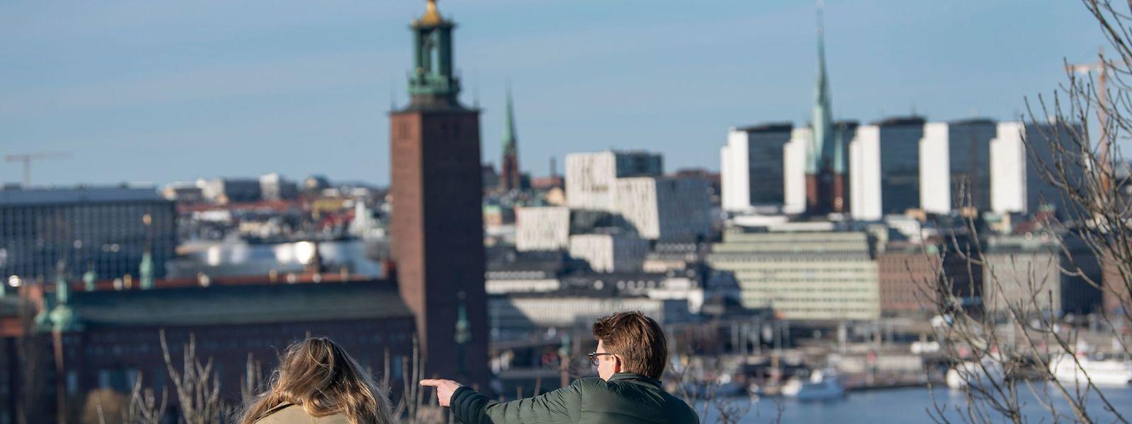 In Stockholm genießen viele Menschen trotz Corona die warmen Frühlingstemperaturen.