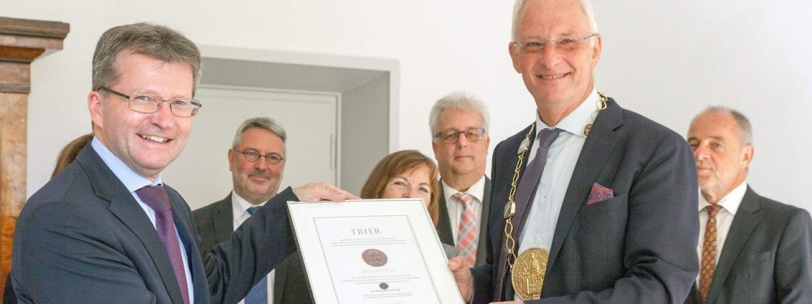 Der luxemburgische Botschafter Jean Graff (links) mit dem Oberbürgermeister der Stadt Trier (rechts).