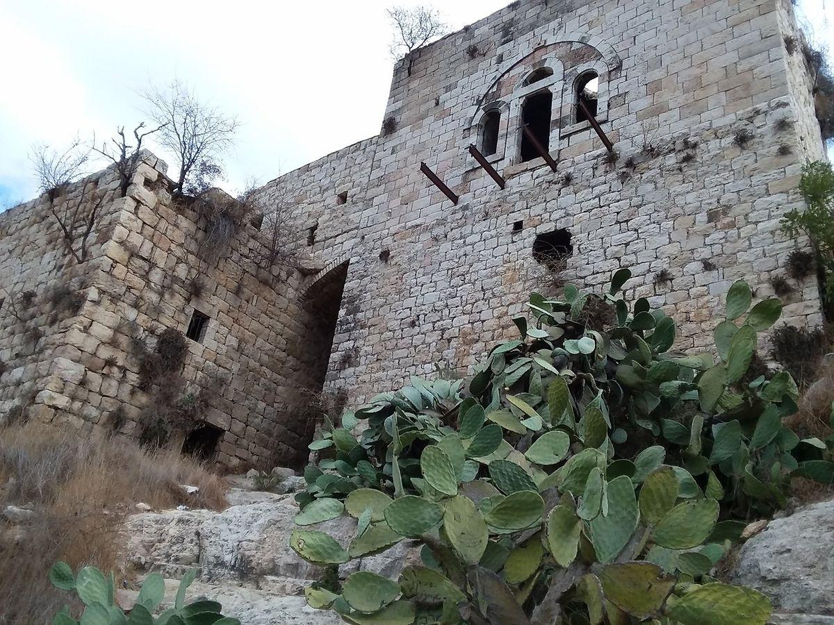 """""""Aldeia de Lifta - uma aldeia atacada pelas milícias sionistas em 1947 e abandonada pelo seu povo para fugir à realidade das aldeias vizinhas, como Deir Yasin, cujo povo foi massacrado. Esta história é semelhante à história de mais de 500 aldeias palestinianas destruídas entre 1947 e 1948""""."""