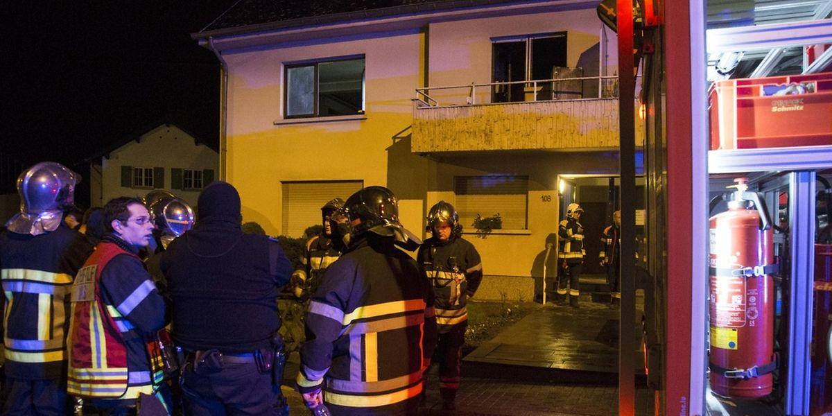 Der Brand hatte sich in der ersten Etage eines Mehrfamilienhauses ausgebreitet. Eine Person musste ins Krankenhaus gebracht werden.
