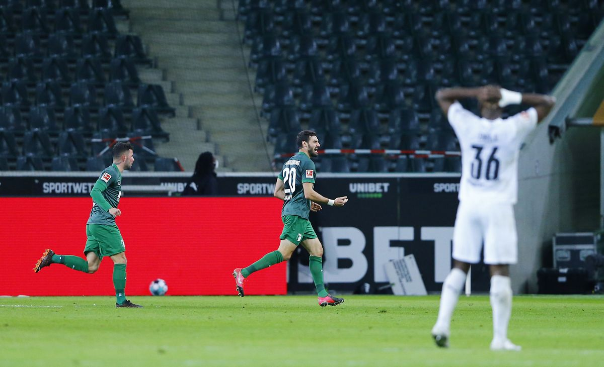Augsburgs Daniel Caligiuri (M.) schockt Mönchengladbach spät.
