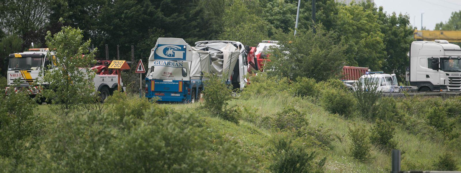Der Lastwagen (Mitte, hellblaues Logo), nachdem er von der Böschung hochgezogen wurde.