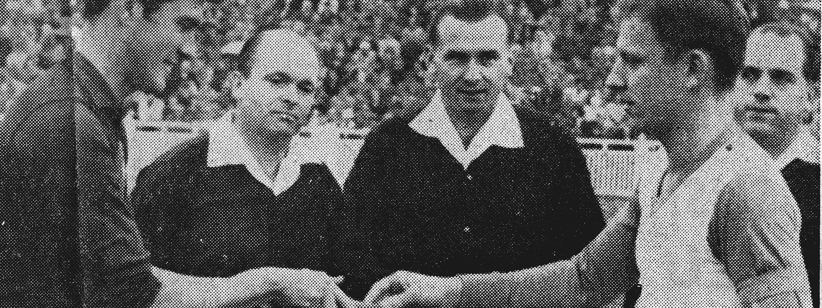 Os capitães René Schneider e José Aguas antes do encontro das duas seleções em 1961, em que o Luxemburgo bateu a equipa das quinas.