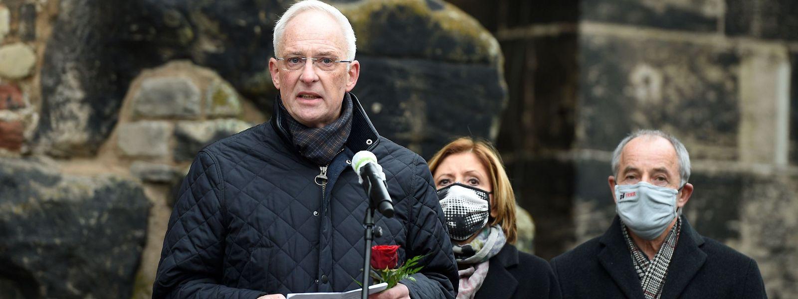Wolfram Leibe (SPD) bei der Gedenkveranstaltung am Tag nach der Tat vor der Porta Nigra. Im HIntergund die Ministerpräsidentin von Rheinland Pfalz Malu Dreyer und Leibes Vorgänger Klaus Jensen.