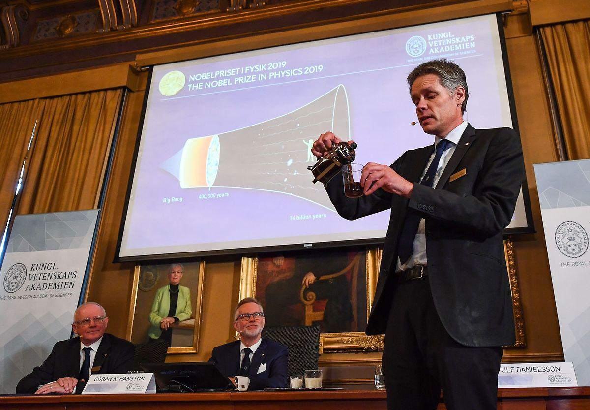 Ulf Danielsson, membre du comité Nobel, explique le choix de l'académie en se versant une tasse de café.