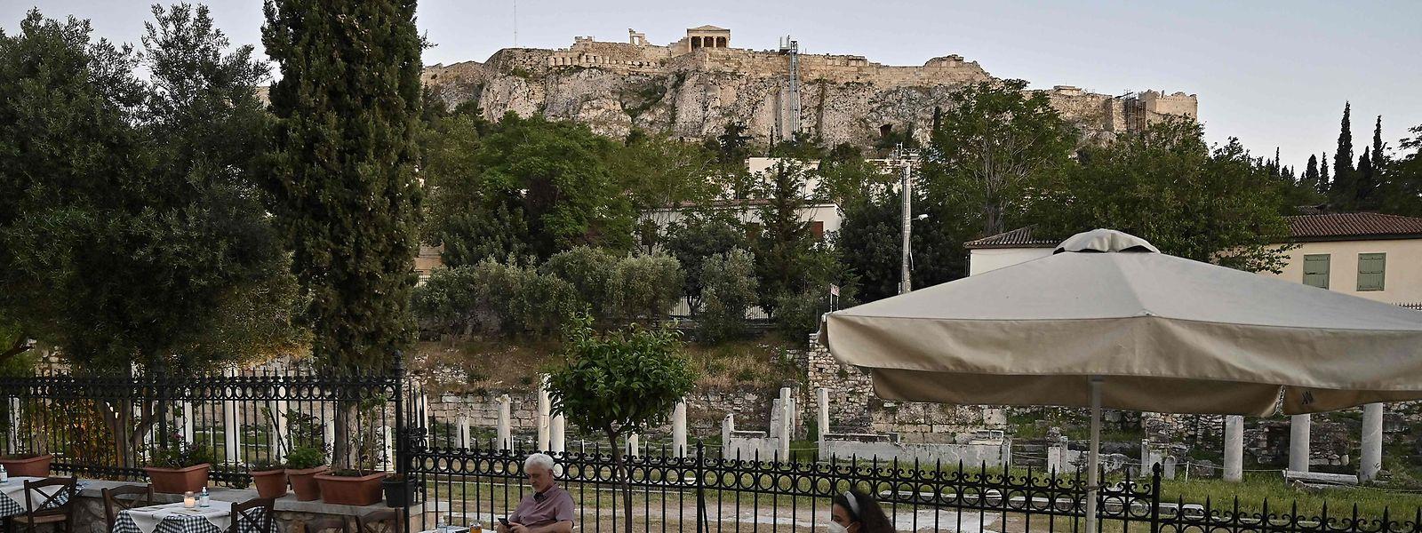 Restaurantes em Atenas, perto da Ágora Romana e da Acrópole. Em linha com outros Estados europeus, a Grécia anunciou recentemente o relaxamento das medidas contra a covid-19, nomeadamente a abertura ao turismo internacional já a partir de 14 de maio.